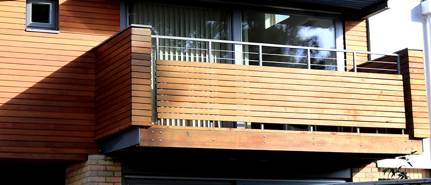 Balkongeländer aus Holz am Holzbalkon