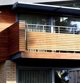 Holzbalkon mit Balkongeländer aus Holz