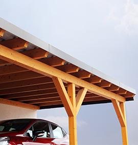 Carport aus Holz mit untergestelltem Fahrzeug