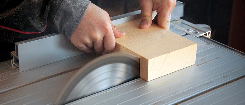 Zimmerer sägt Holzblock an Kreissäge